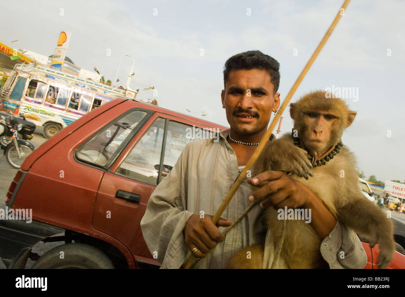 Man and monkey, karachi pakistan - Stock Image