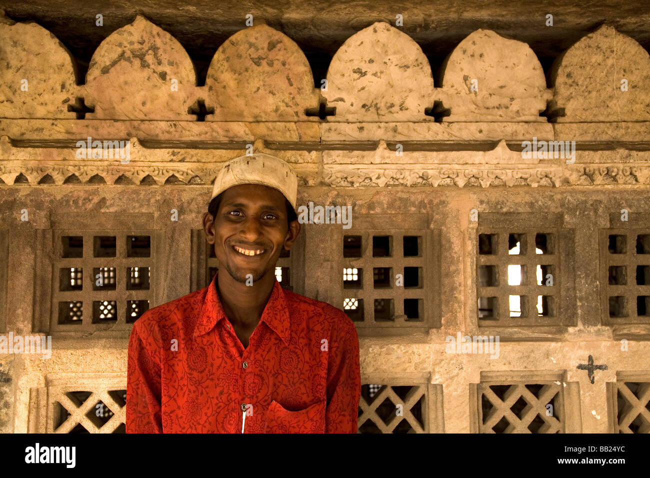 A Muslim on the rooftop of the Jama Masjid mosque in the city of Ahmedabad, Gujarat. - Stock Image