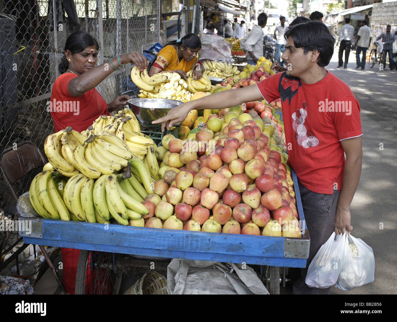 Frauen an einem Obststand in Bangalore Indien Women selling fruits Bangalore India - Stock Image
