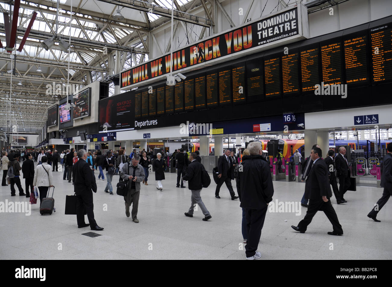 Waterloo Station Concorse Commuter Train Passengers - Stock Image