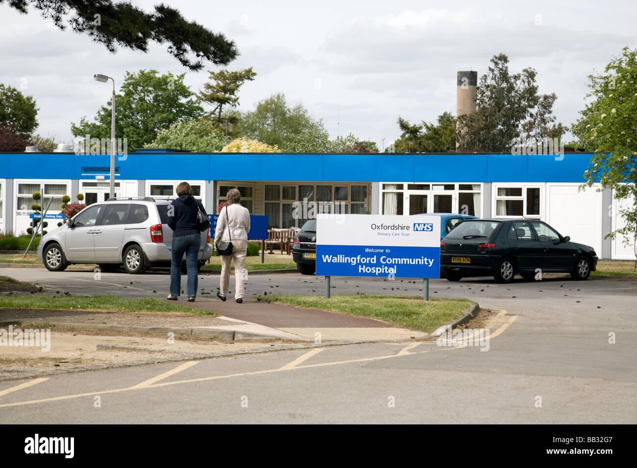 Visitors entering Wallingford Community Hospital, Wallingford, Oxfordshire, England - Stock Image