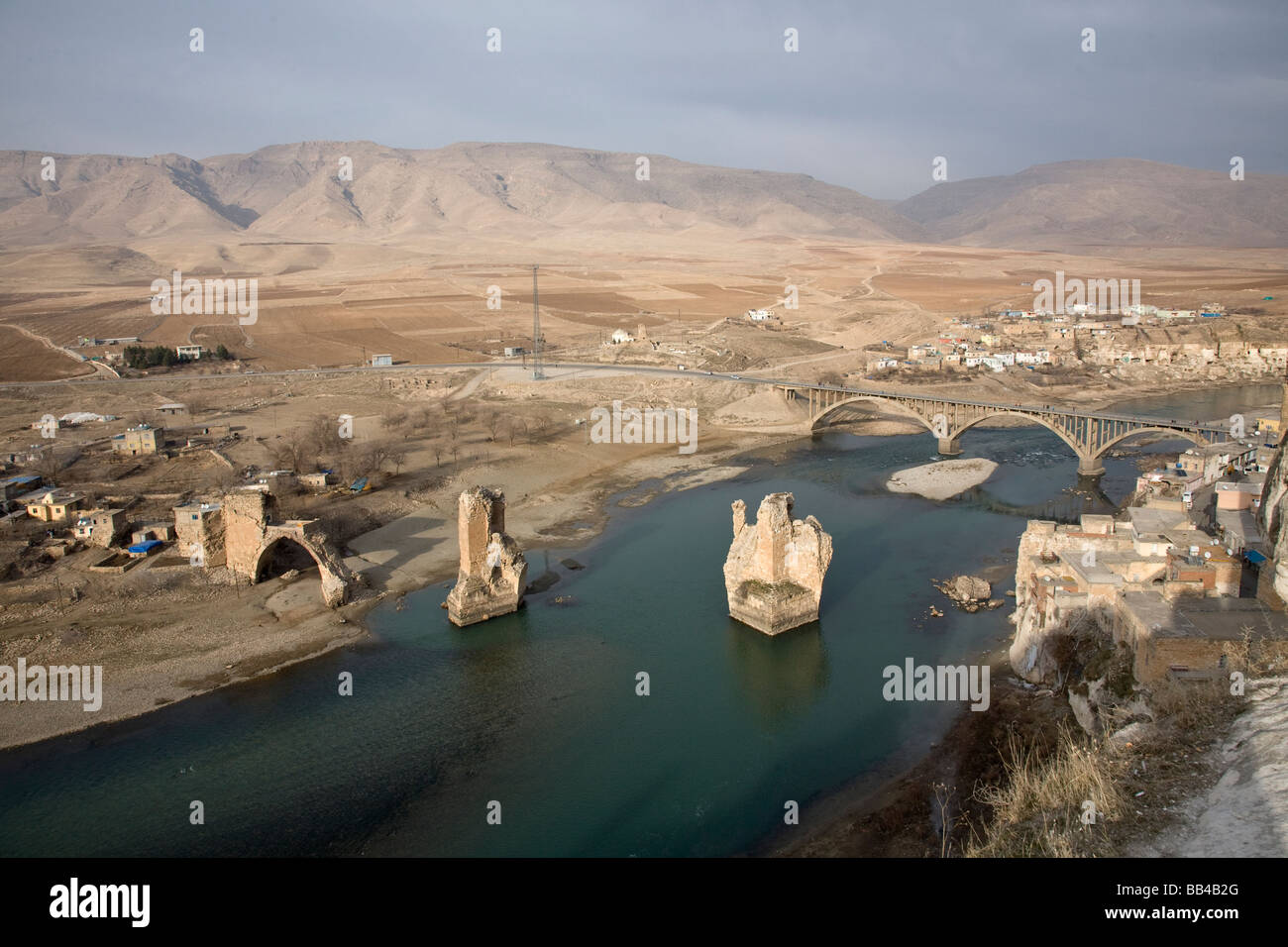 Tigris River running past Hasankeyf in Eastern Turkey. - Stock Image
