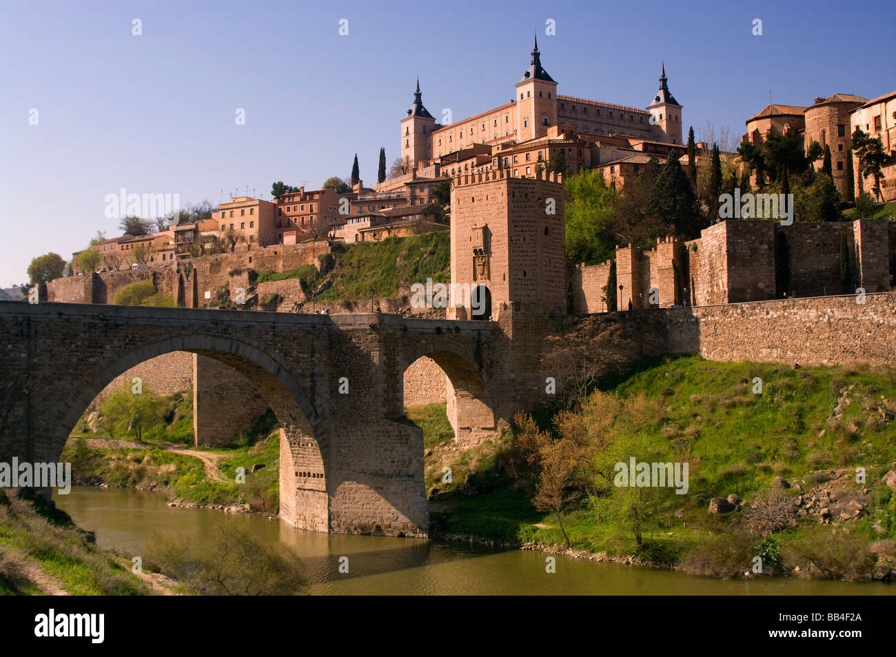 Acceso a la ciudad de Toledo por el puente de Alcantara. Access to the city of Toledo on the bridge of Alcantara. - Stock Image