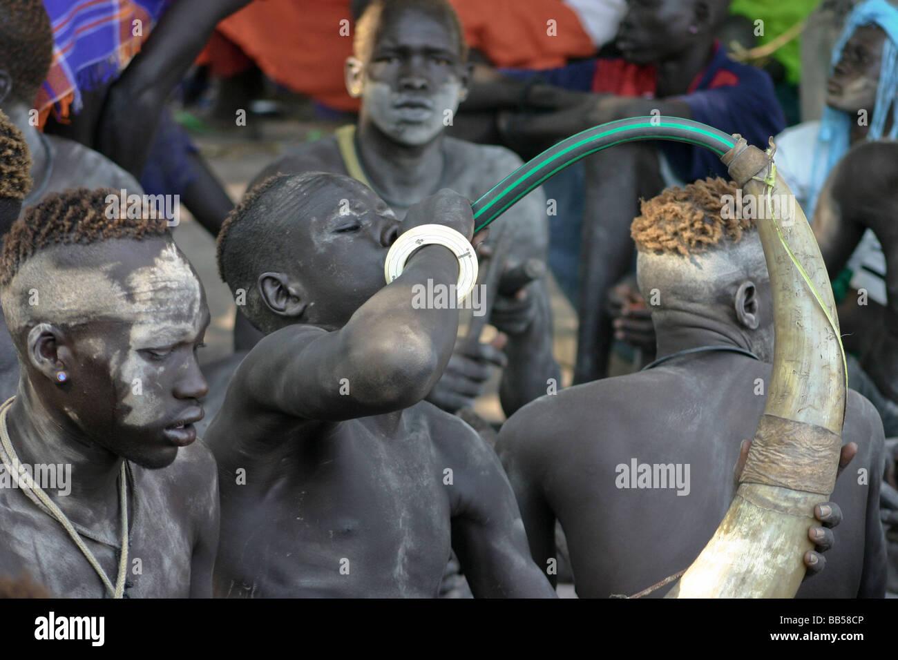 Akot, South Sudan: November 15, 2005.  Dinka youth from a cattle camp near Akot, South Sudan sing and make music. - Stock Image