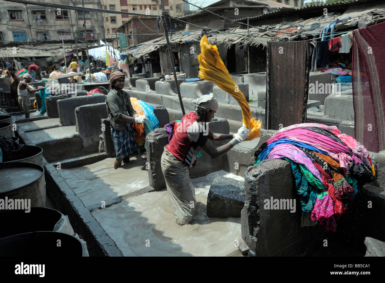 Dhobi flogging laundry in Dhobi Ghats, Mumbai, India - Stock Image
