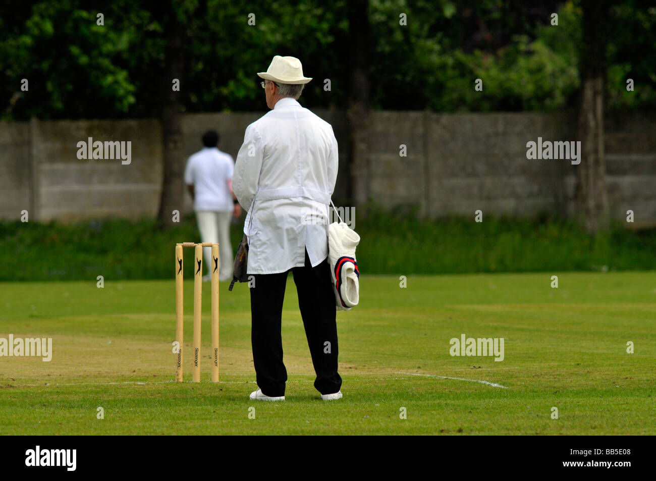 umpire waiting at end of an over - Stock Image