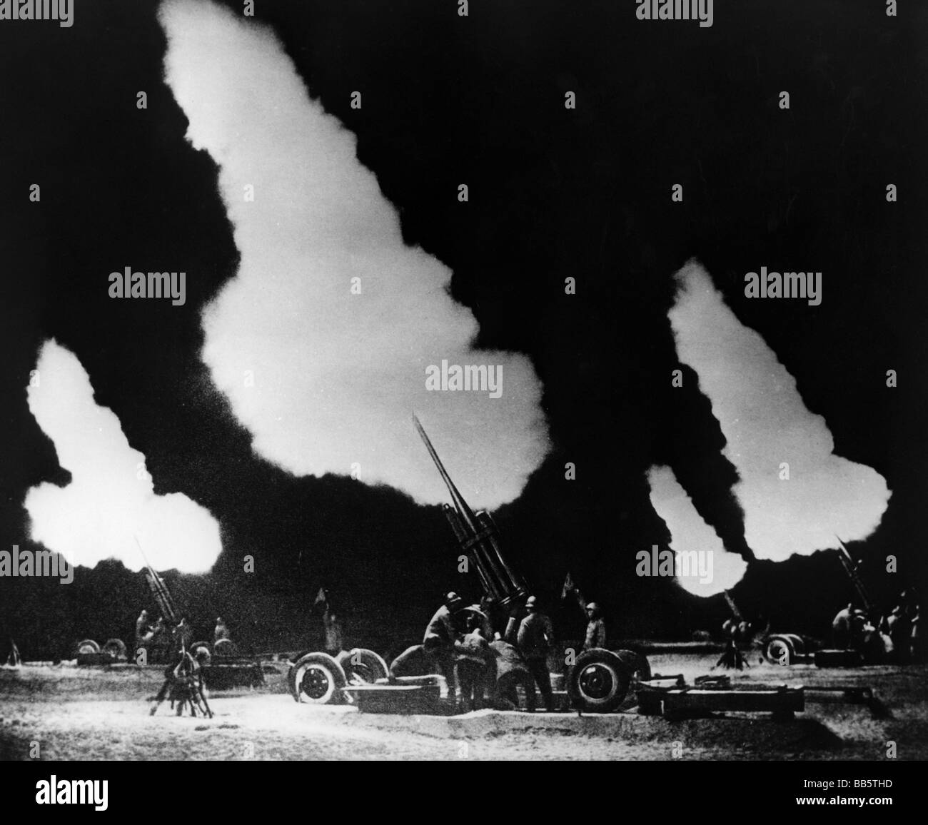 geography / travel, China, politics, a Chinese anti-aircraft battery during training at night, August 1966, Stock Photo