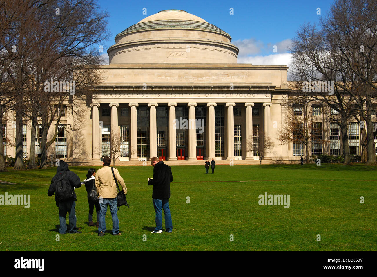 Students in the Kilian Court looking at building 10 with the Great Dome, Massachusetts Institute of Technology, - Stock Image
