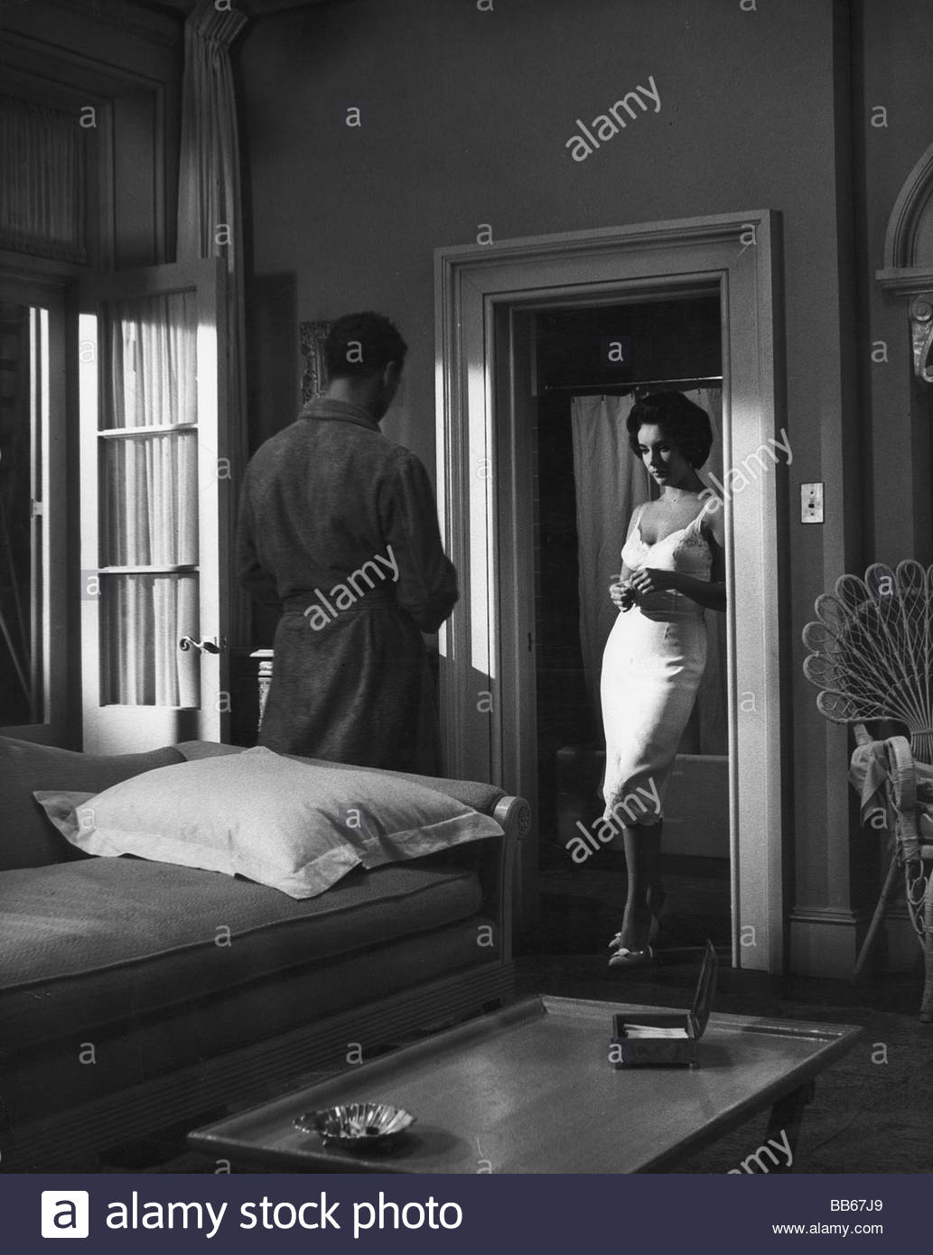movie  Cat on a Hot Tin Roof  1958 scene with Paul Newman Elizabeth Taylor room apartement door frame slip undergarmen & movie