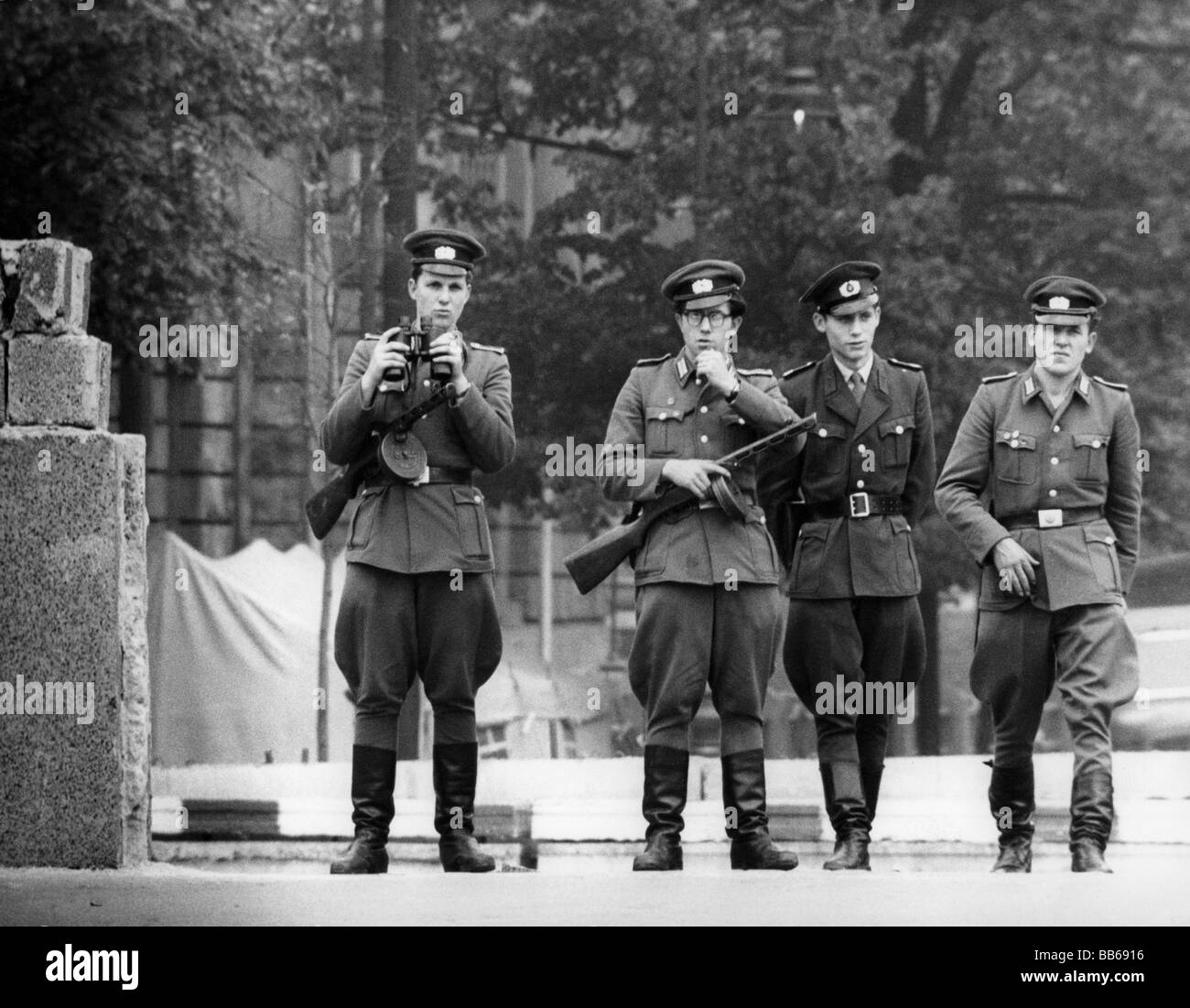 geography / travel, Germany, Berlin, wall, members of East German border troops, check point Invalidenstrasse, 1961, - Stock Image