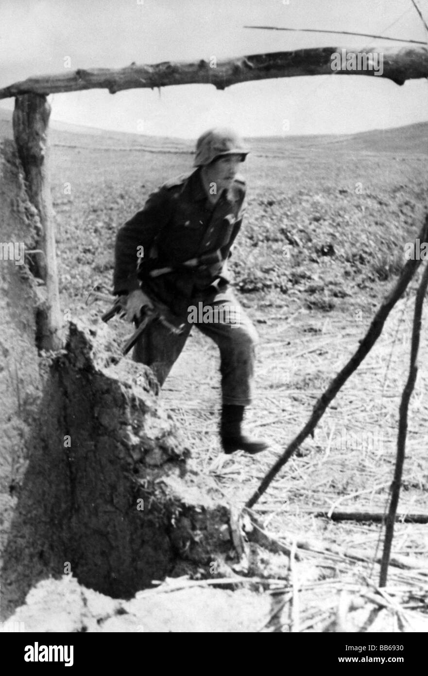 events, Second World War / WWII, Russia 1942 / 1943, German soldier attacking, Additional-Rights-Clearances-NA - Stock Image