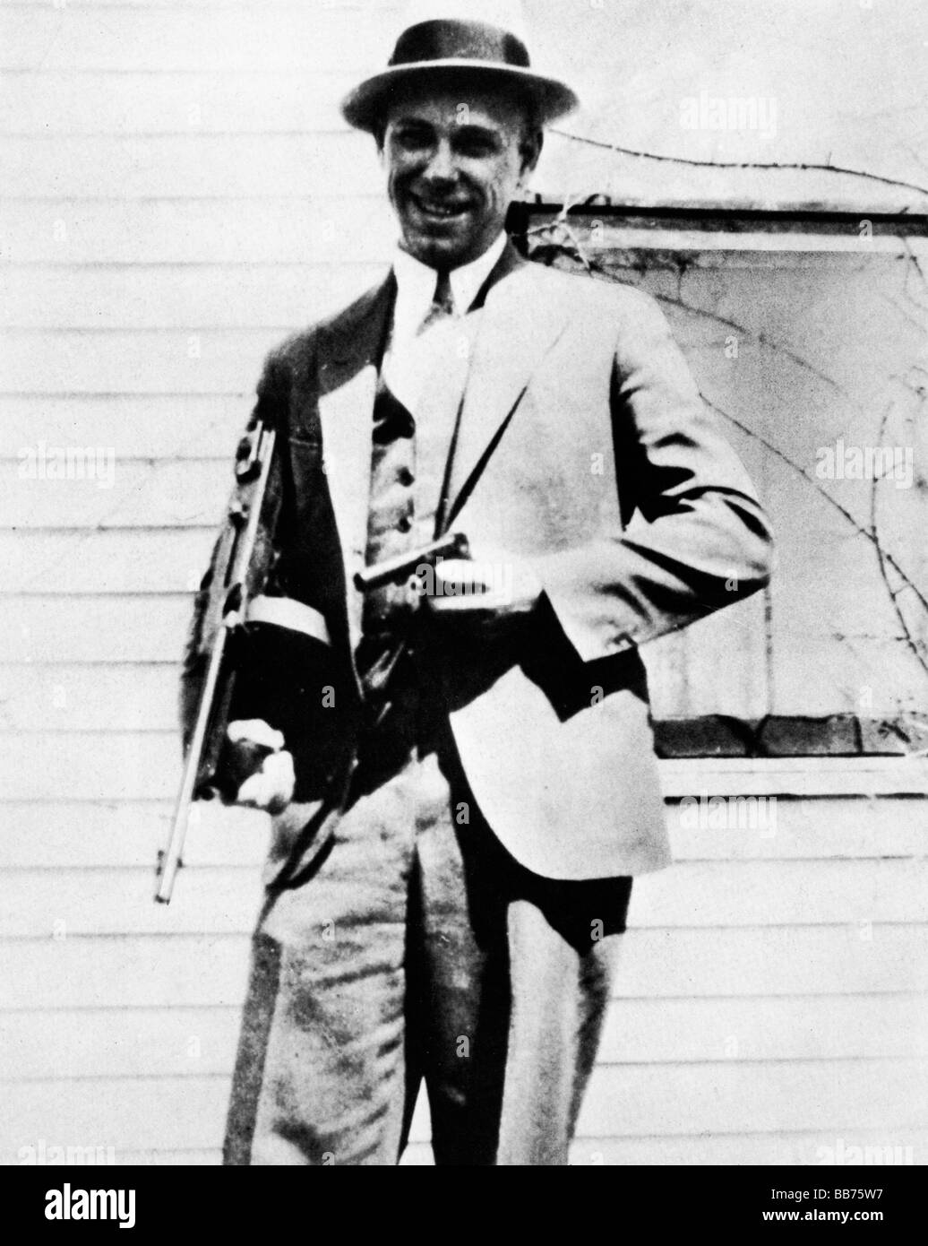 John Dillinger 1933 photo of the American Public Enemy Number One posing for the camera with his tommy gun - Stock Image