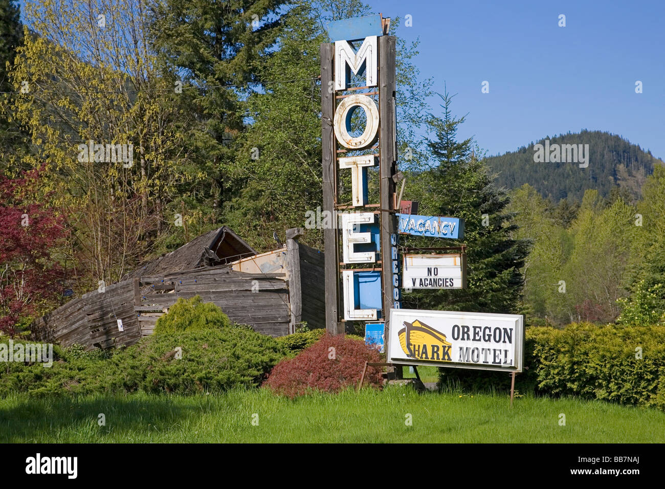 An old motel and signs for vacancy and no vacancies in the Willamette Valley near Portland Oregon - Stock Image