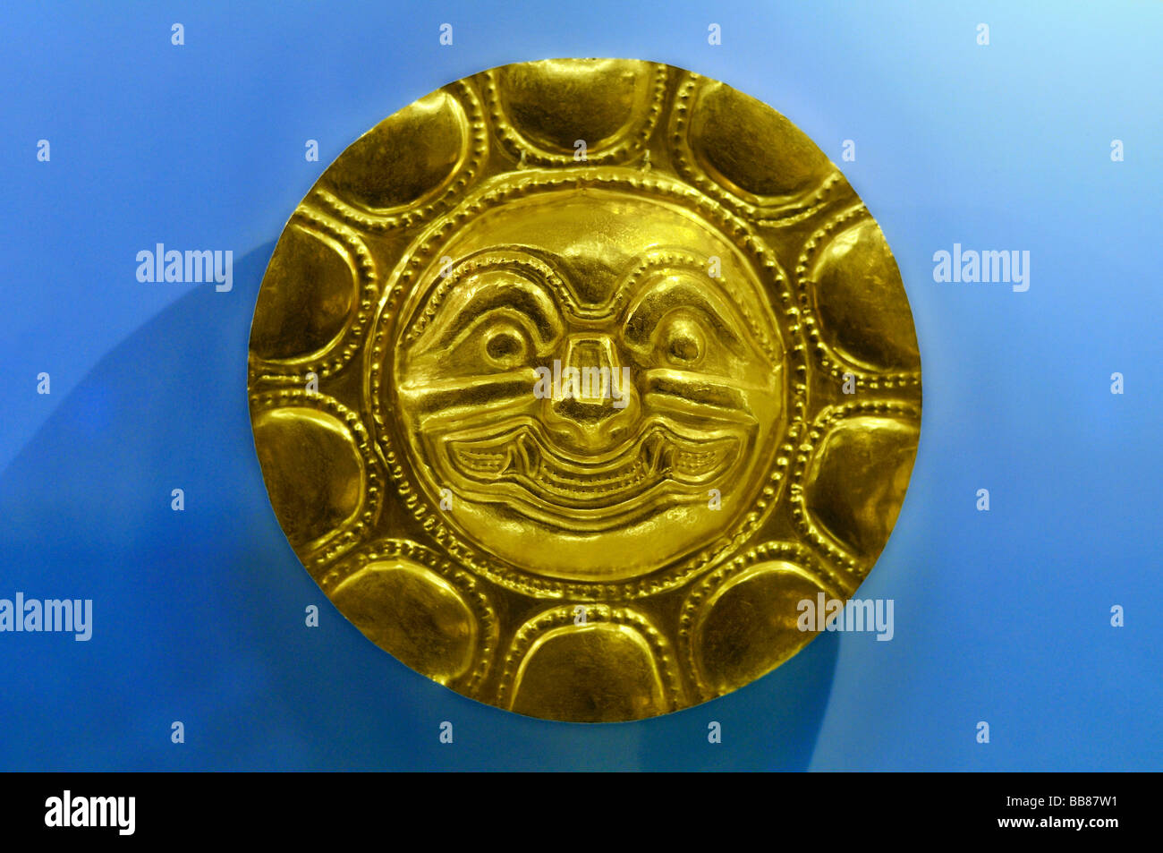 Pre-Columbian goldwork collection, solar disk, Gold Museum, Museo del Oro, Bogotá, Colombia, South America - Stock Image