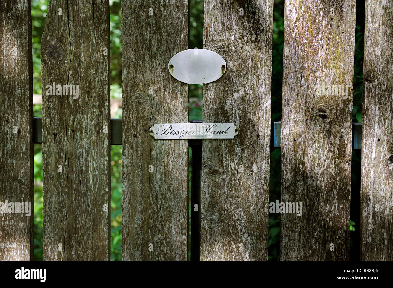 Garden gate with the sign, bissiger Hund, German for vicious dog - Stock Image