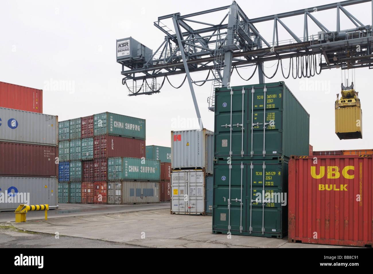 Bonn Container Terminal, gantry crane lifting a container, bimodal handling, North Rhine-Westphalia, Germany, Europe Stock Photo