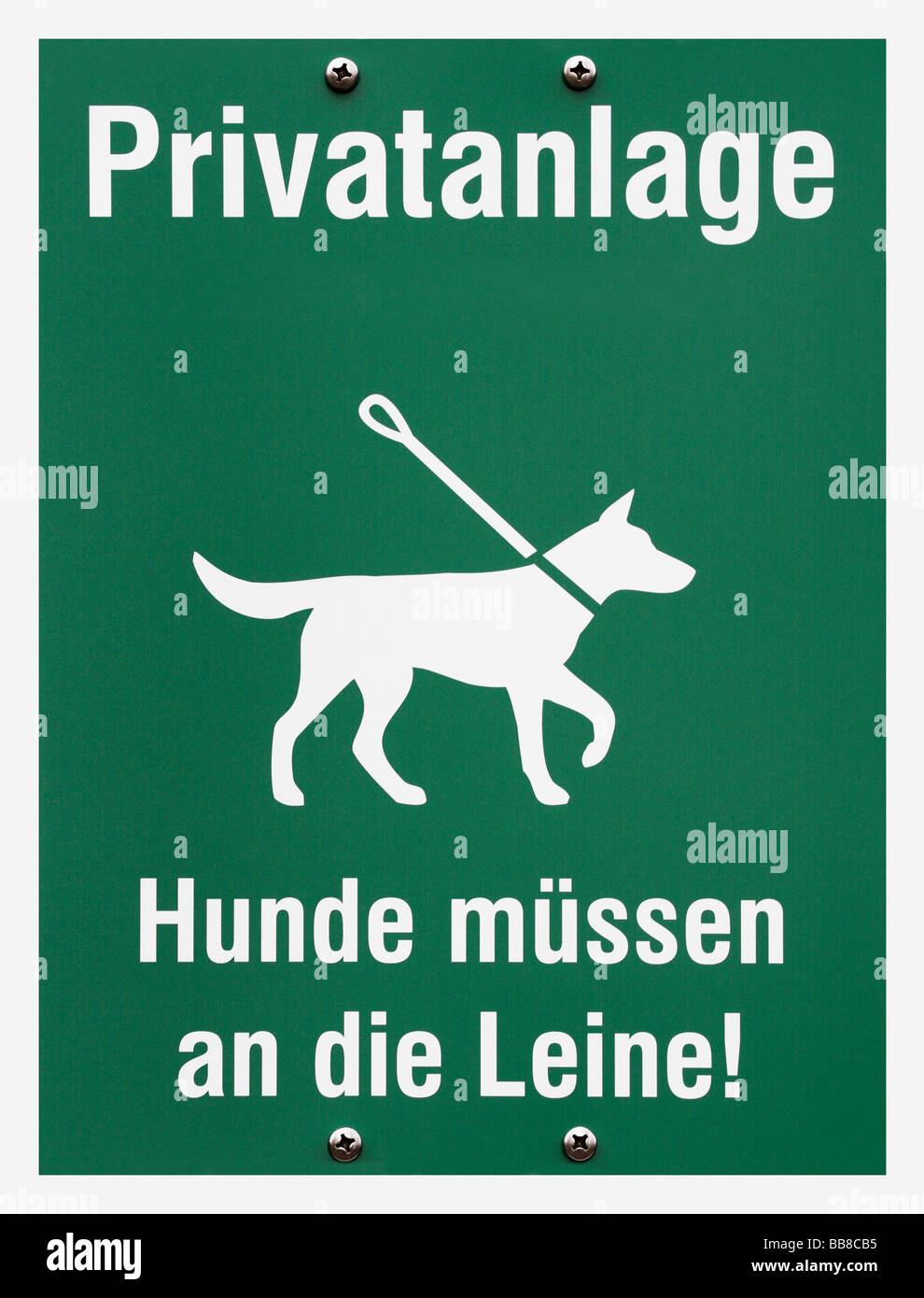 Instruction plate: private premises, lettering 'Hunde muessen an die Leine!', German for 'dogs must - Stock Image