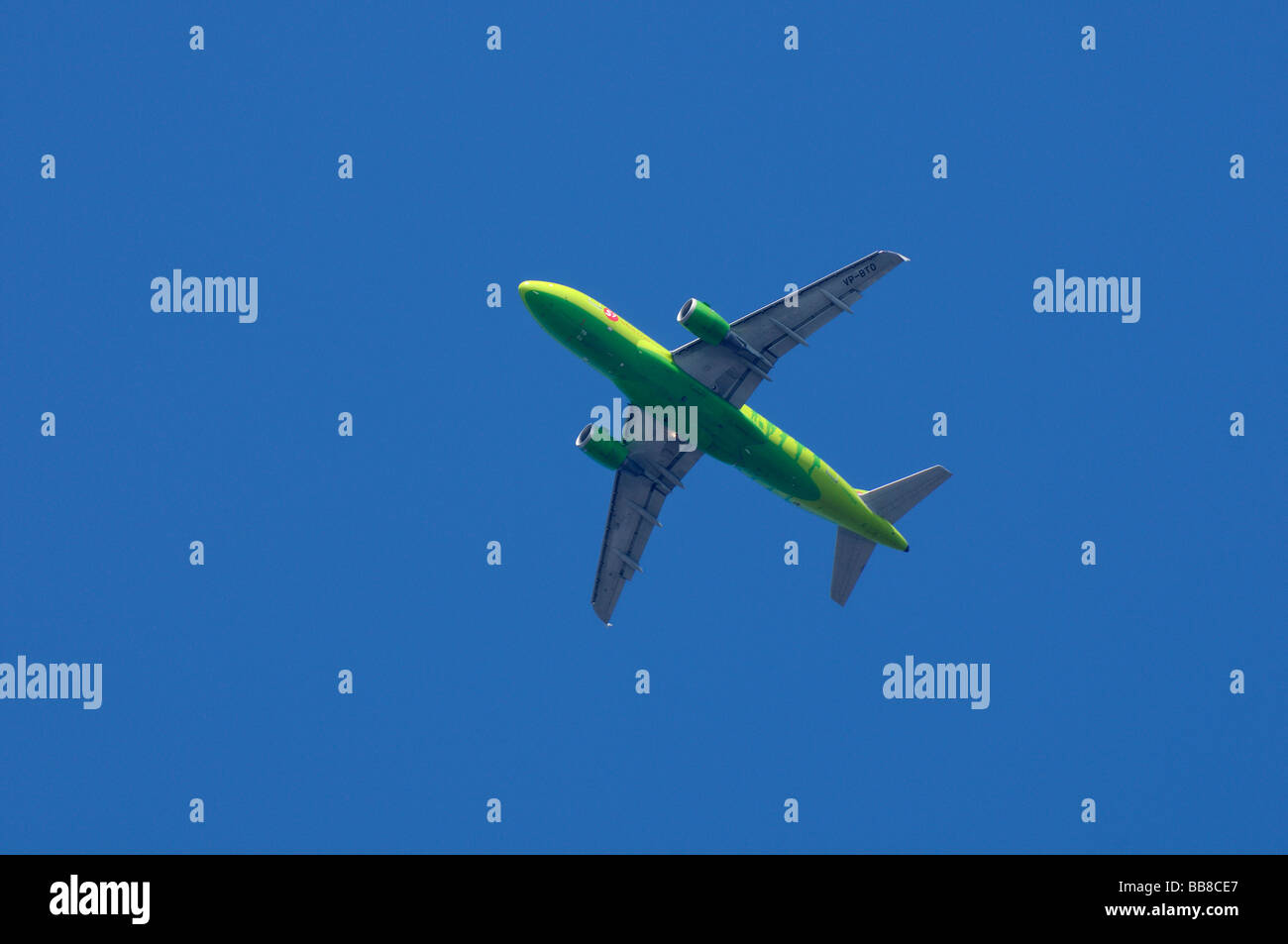 Russian airplane Airbus A319-114 of Siberia Airlines, S7, climb flight, green airplane against blue sky - Stock Image