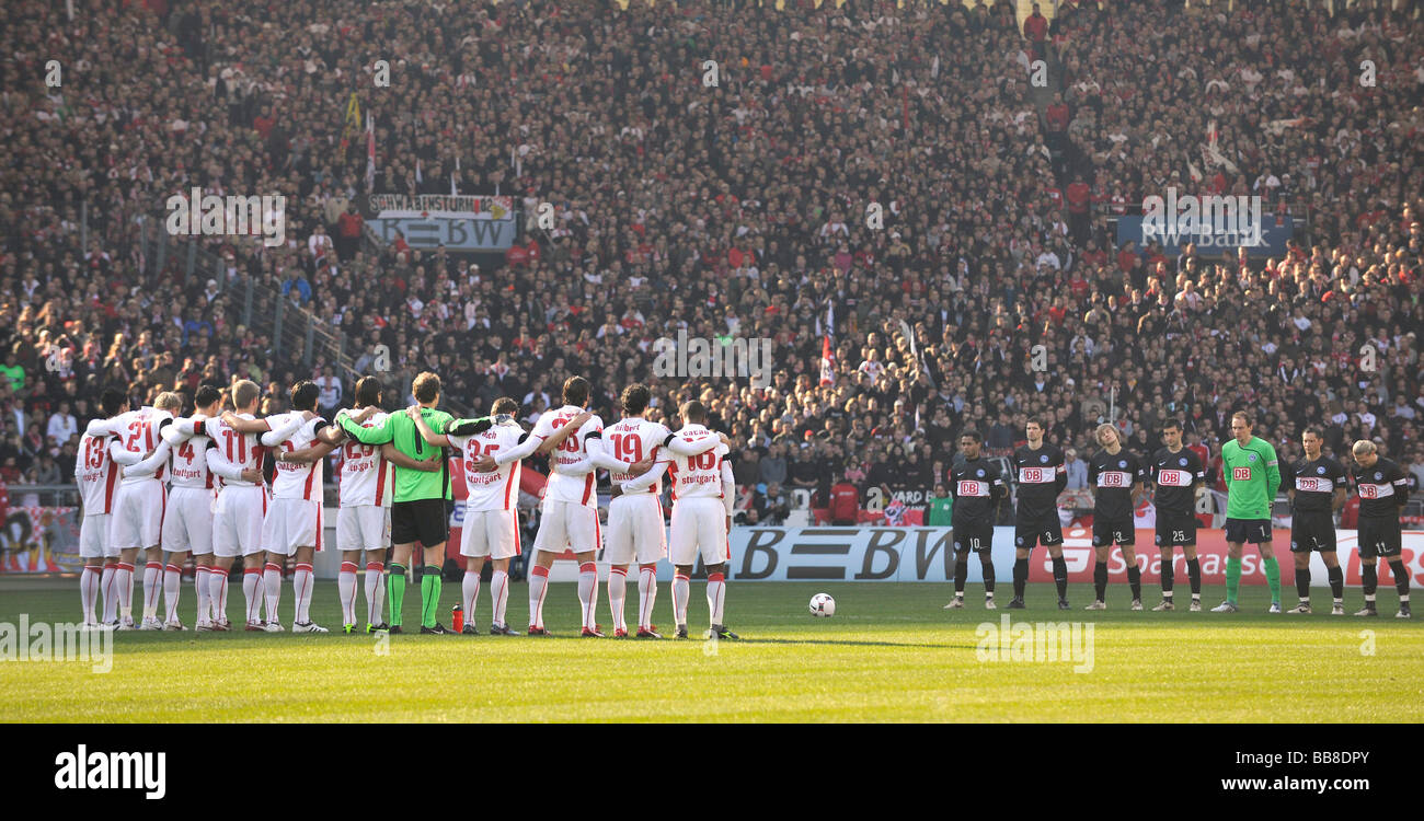 Teams of the VfB Stuttgart and Hertha BSC during a minute's silence for the victims of the gun rampage in Winnenden, - Stock Image