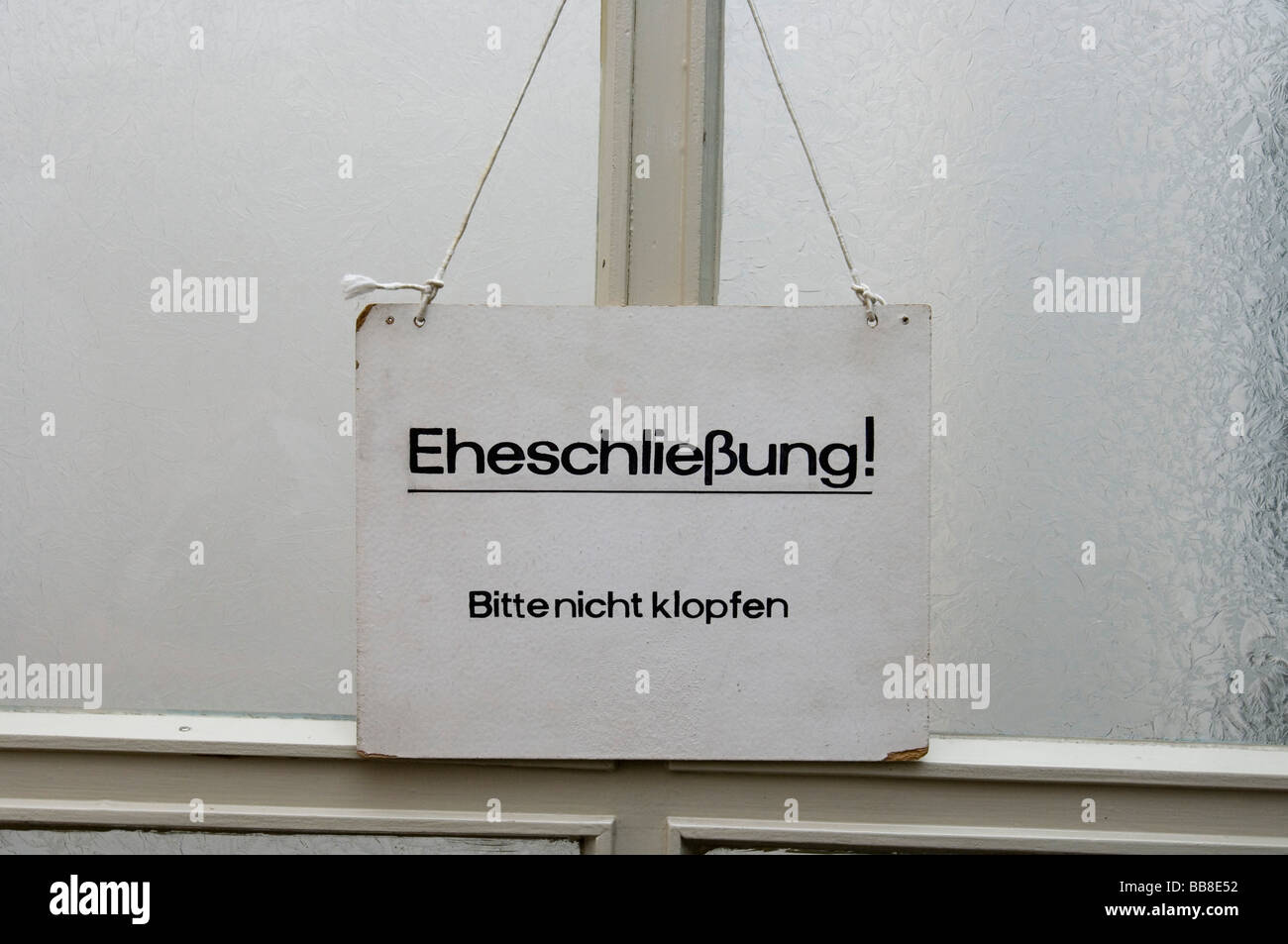 Sign on a door in the Falkensee registry office with the message, Eheschliessung, bitte nicht klopfen, German for - Stock Image
