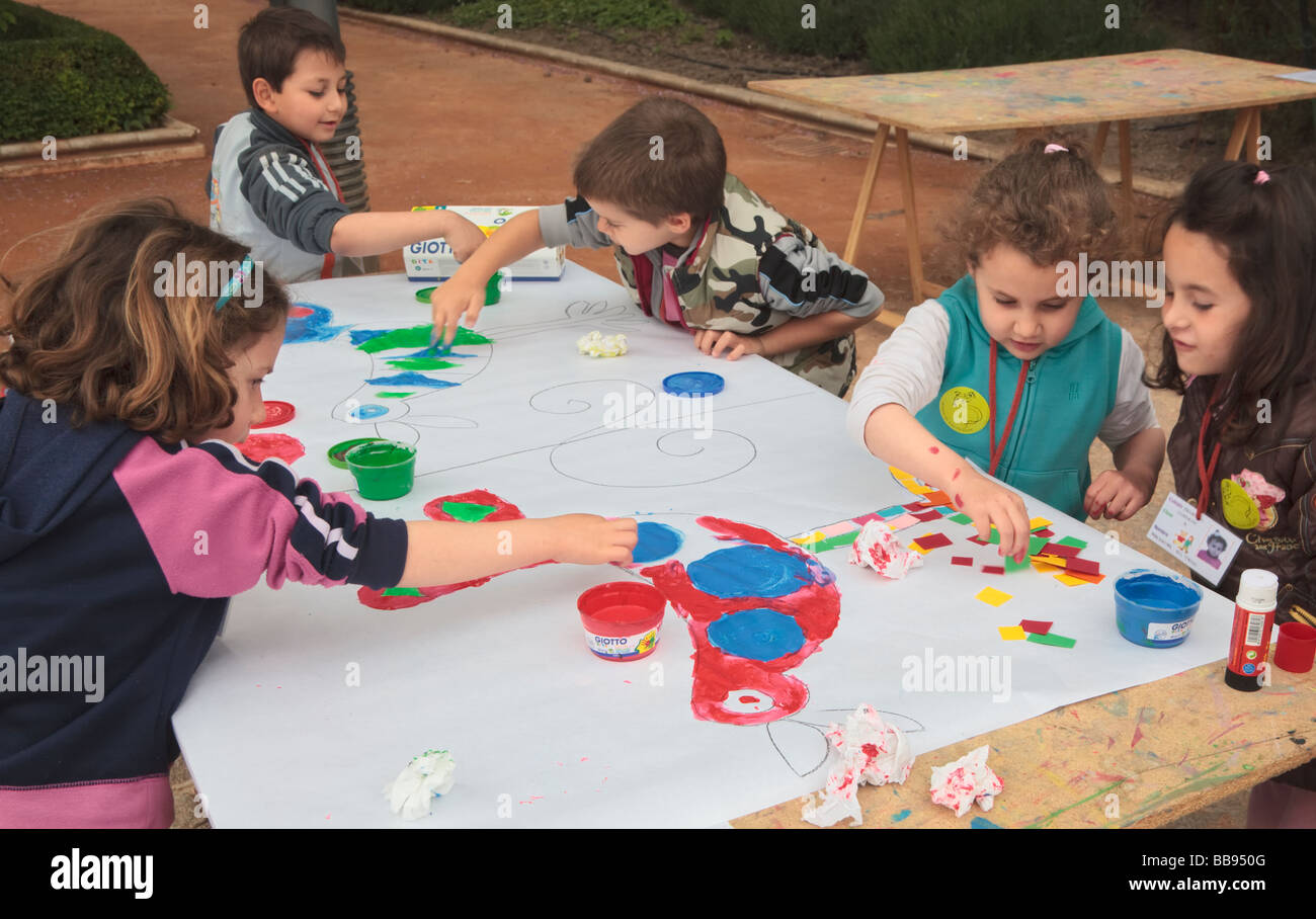 Primary school children enjoying an outdoor art class in the grounds of Huerta de San Vicente, Granada, Spain - Stock Image