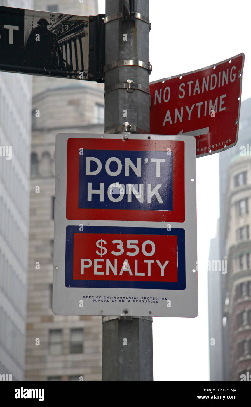 A penalty warning sign telling car drivers not to use their carn horn: 'Don't Honk $350 penalty' in - Stock Image