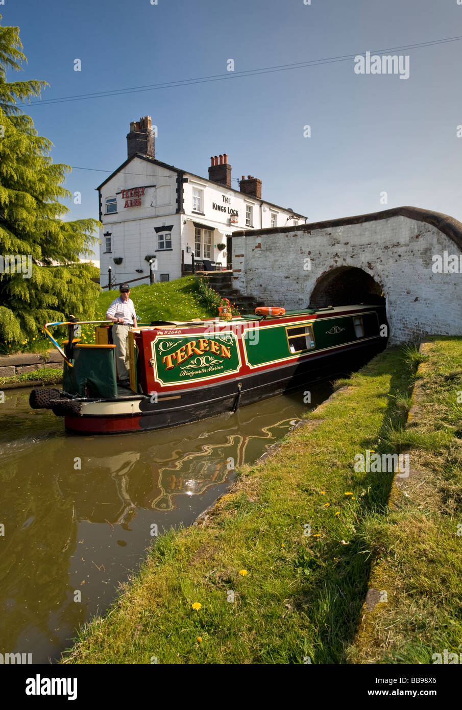 Narrowboat Entering Kings Lock, Shropshire Union Canal, Middlewich, Cheshire, England, UK - Stock Image
