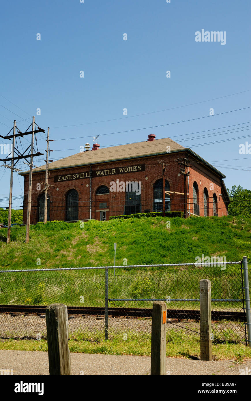 Zanesville water works building against blue sky - Stock Image