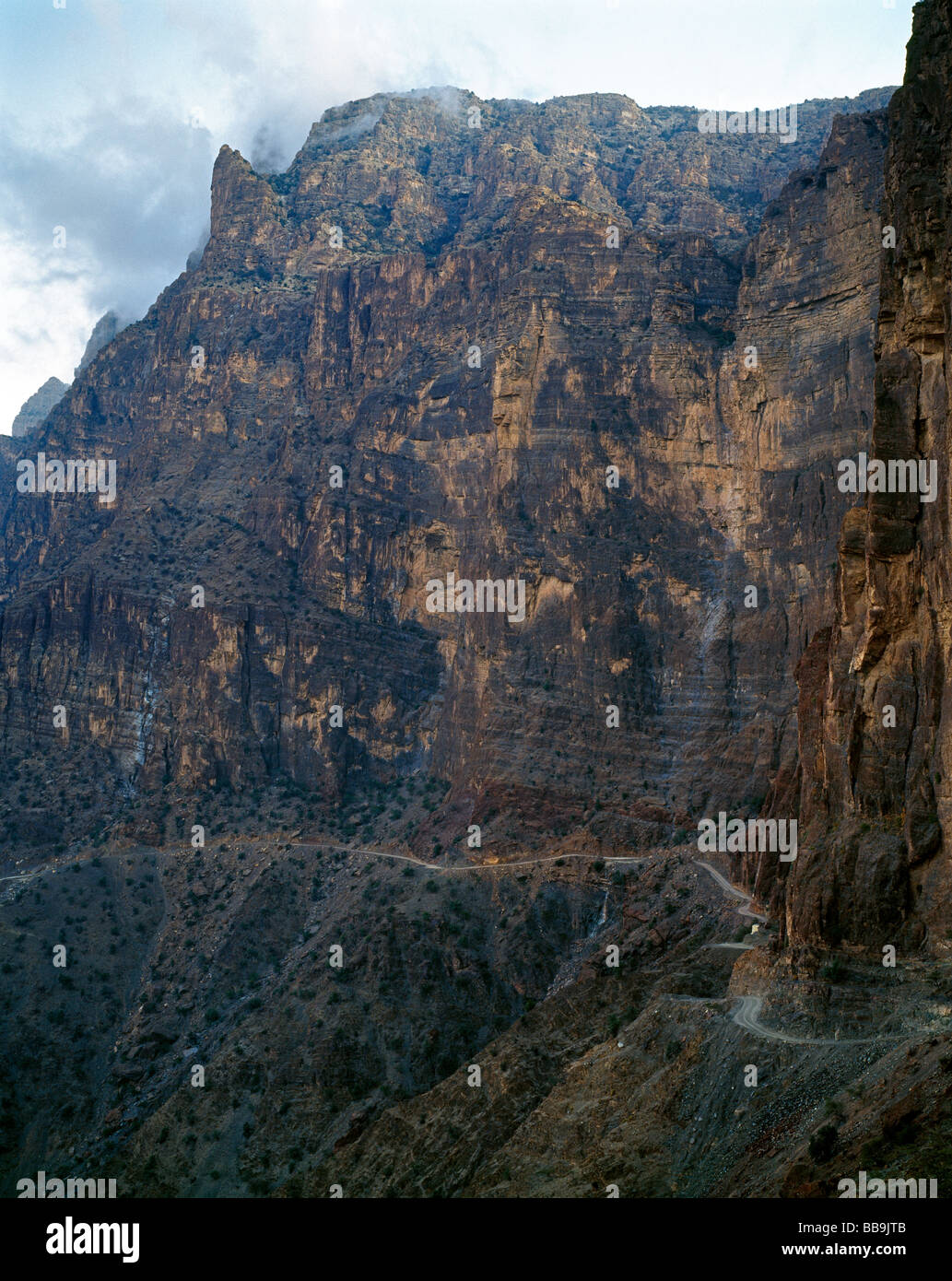 Breathtaking gravel road to Yasab Yasib Al Hajar al Gharb mountainsi on top of Jabal Shams Stock Photo