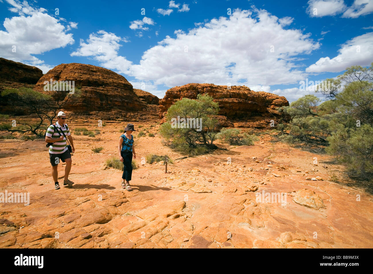 Tourists on the Kings Canyon walk.  Watarrka (Kings Canyon) National Park, Northern Territory, AUSTRALIA Stock Photo