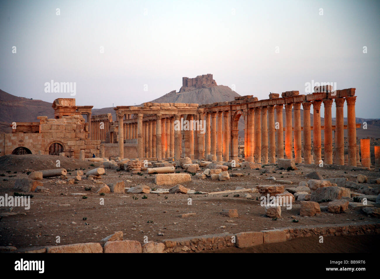 Monumental arch and colonnaded street Palmyra Syria with the Arab Castle Qalaat Ibn Maan in the background - Stock Image