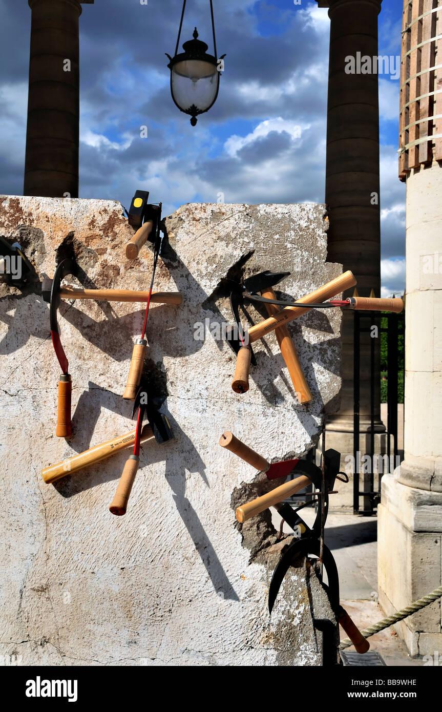 Paris France, Public Art , Contemporary Sculptures,  Exhibit in Public Park, 'Berlin Wall', 'Autodestruction', - Stock Image