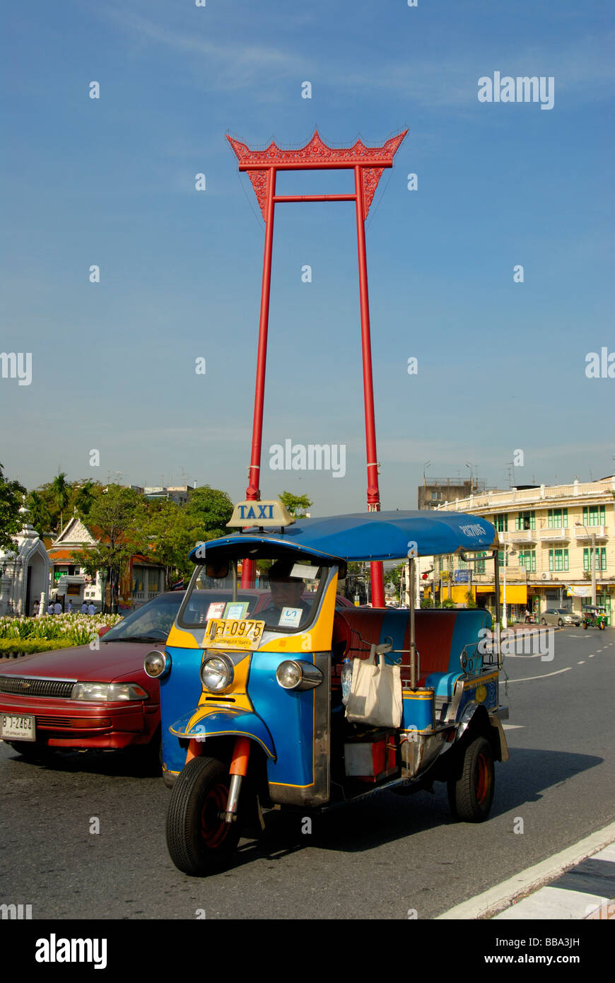 Big red swing, Giant Swing, colorful cars and Tuk Tuks in front of it, symbols of Bangkok, Thailand, Southeast Asia - Stock Image