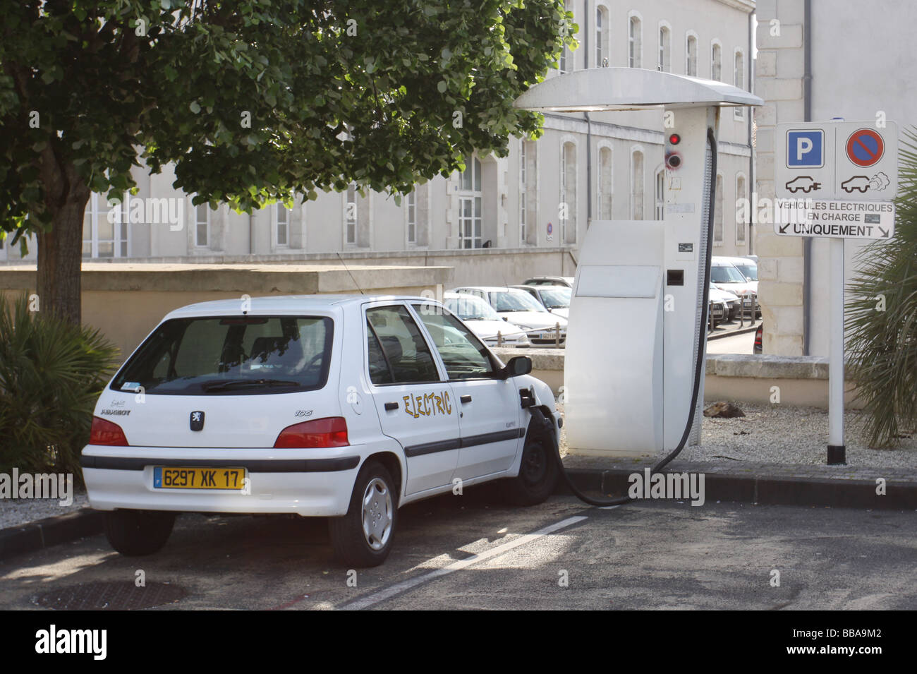 Peugeot 106 stock photos peugeot 106 stock images alamy for Garage peugeot la rochelle