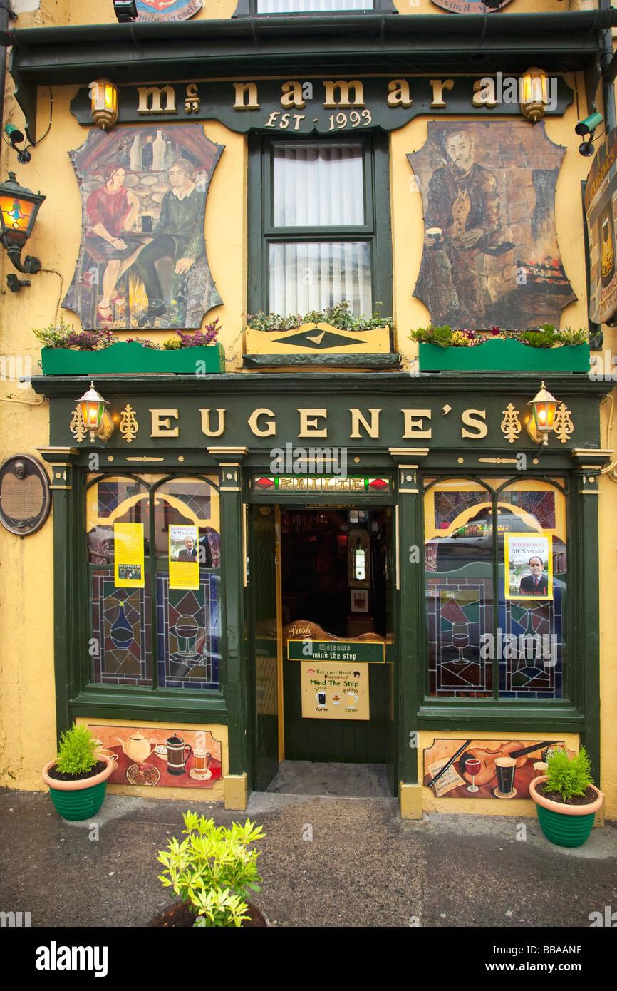 Irish Pub in Ennistymon County Clare Eire Ireland Irish Republic Europe EU Stock Photo