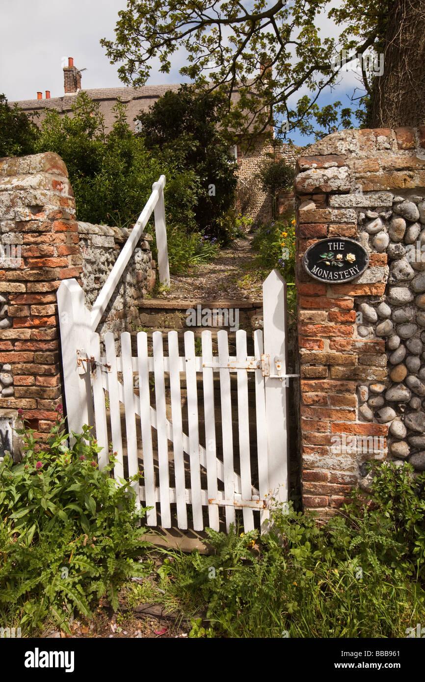 White Painted Garden Gate Stock Photos & White Painted Garden Gate ...