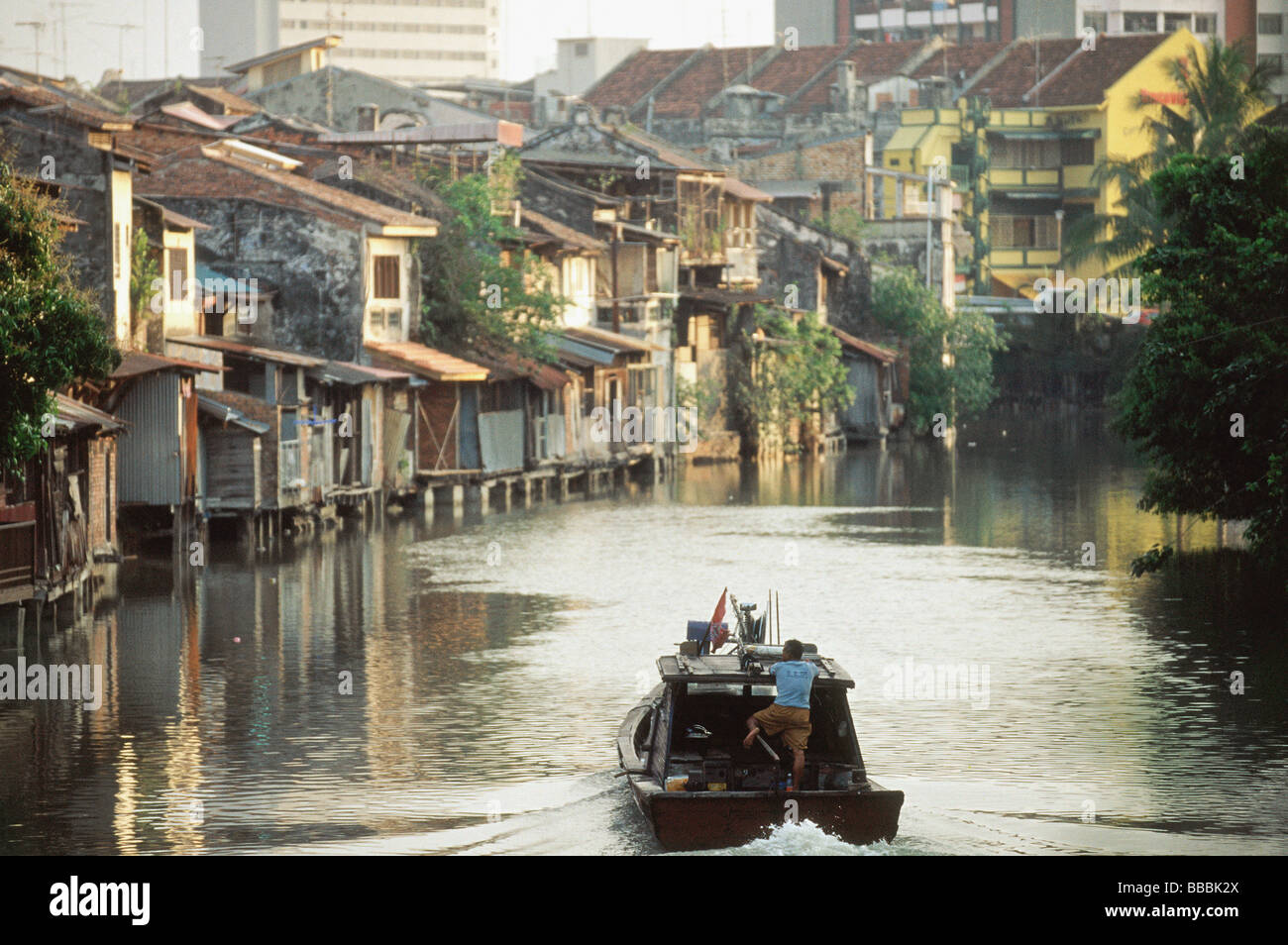 Malaysia, Malacca, a riverboat plies up the Malacca River. - Stock Image