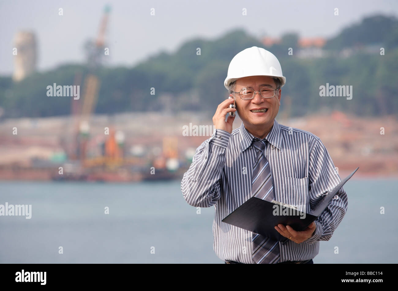 Man with helmet, talking on the phone - Stock Image