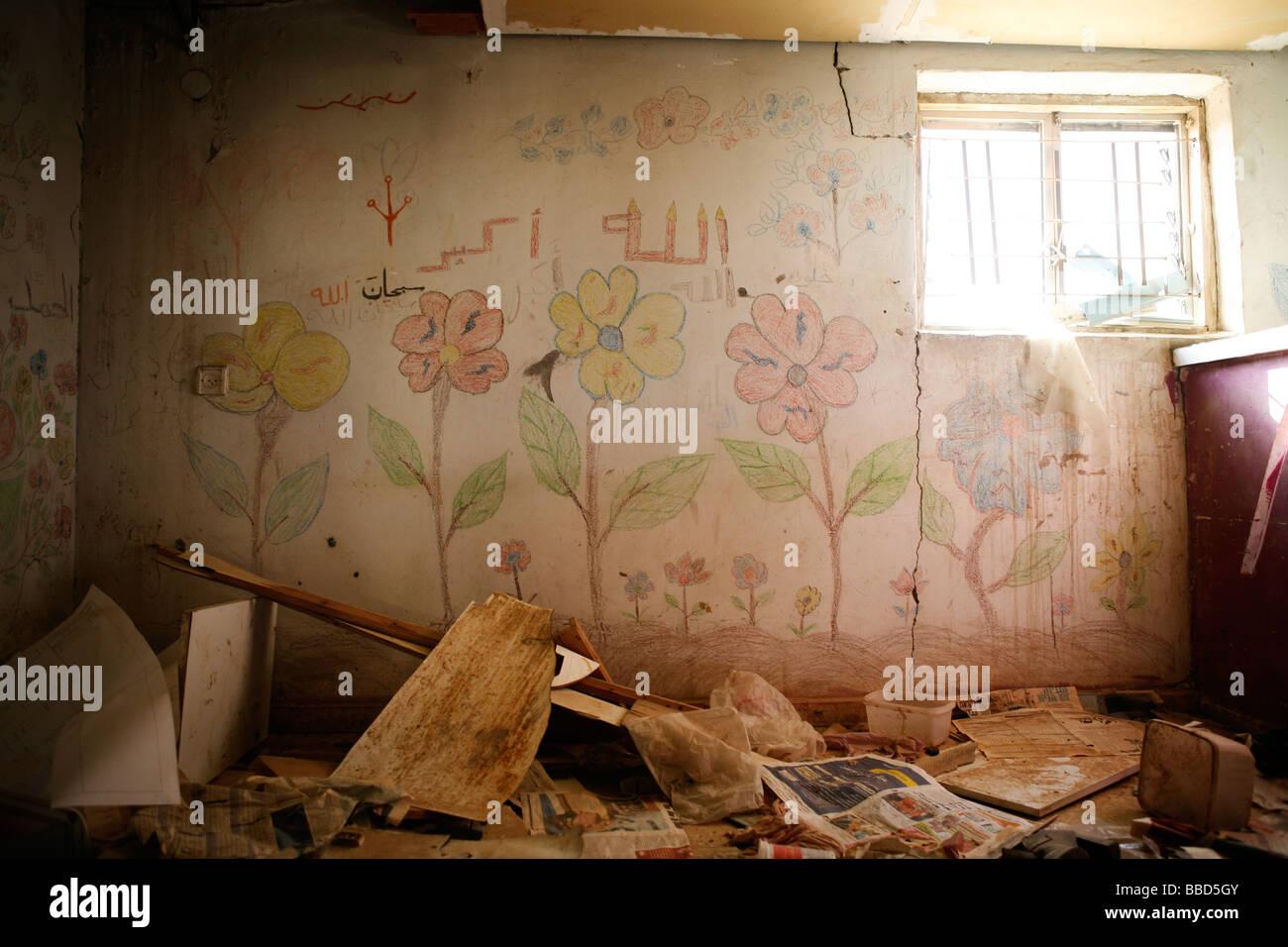 An abandoned house in the Bedouin village of Elokbi. Negev desert, Israel. - Stock Image