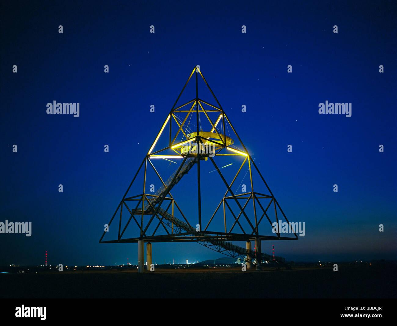 "landmark ""tetrahedron"" illuminated at night on the top of the mining dump Beckstrasse European Capital of Culture - Stock Image"