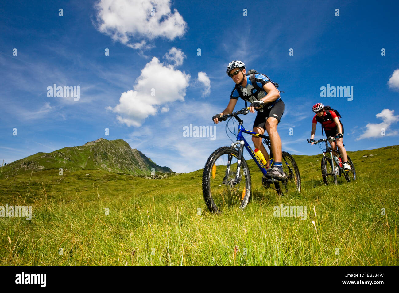 Mountain bikers, Mt kleiner Galtenberg, Alpbachtal, Kitzbuehl Alps, North Tyrol, Austria, Europe - Stock Image
