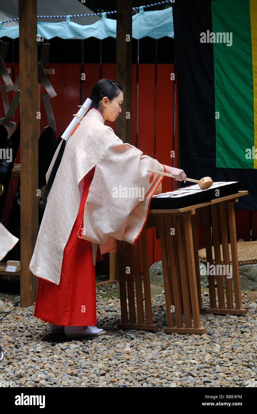 Shrine maiden dividing the holy sake, rice wine, which every participant of the procession from the Shimogamo shrine - Stock Image