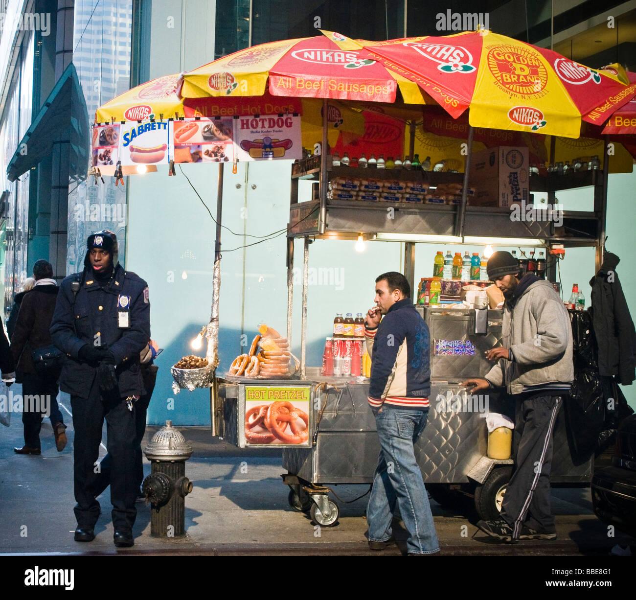 NYC street vendor food cart - Stock Image
