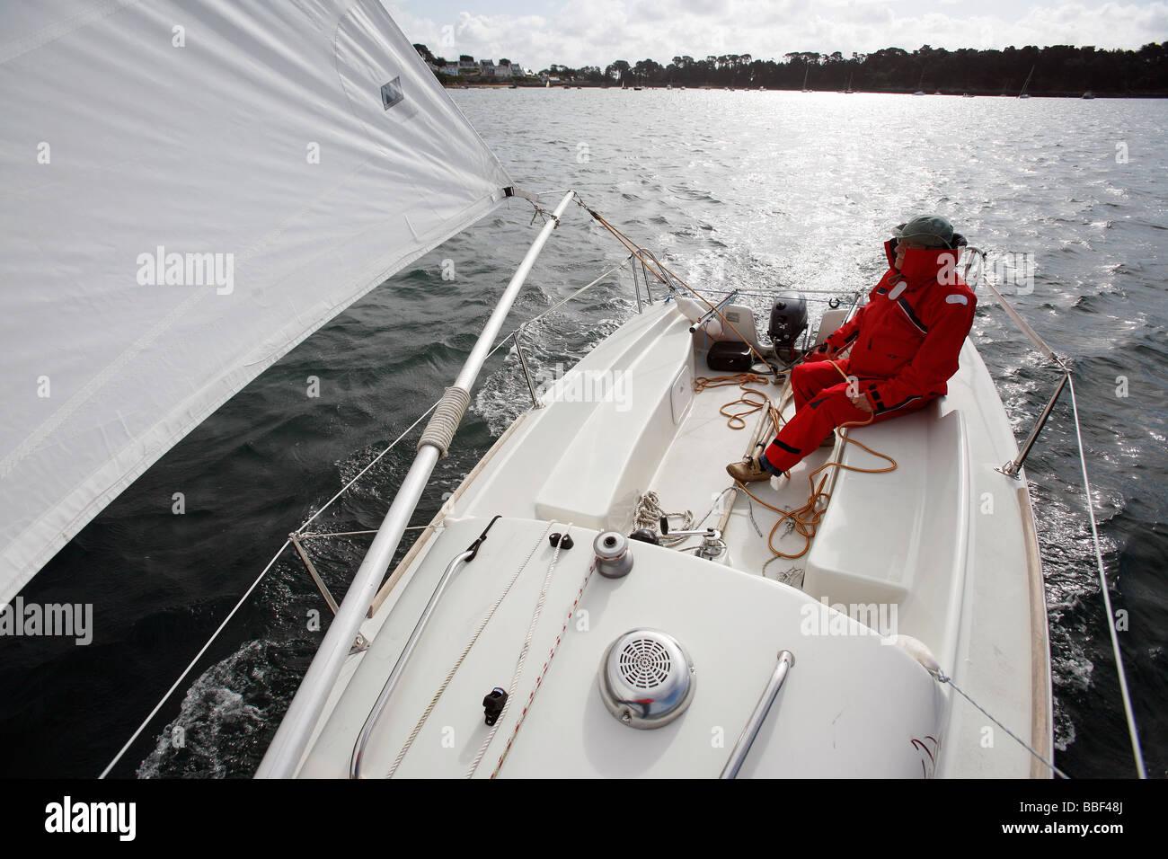 Retired man sailing - Stock Image