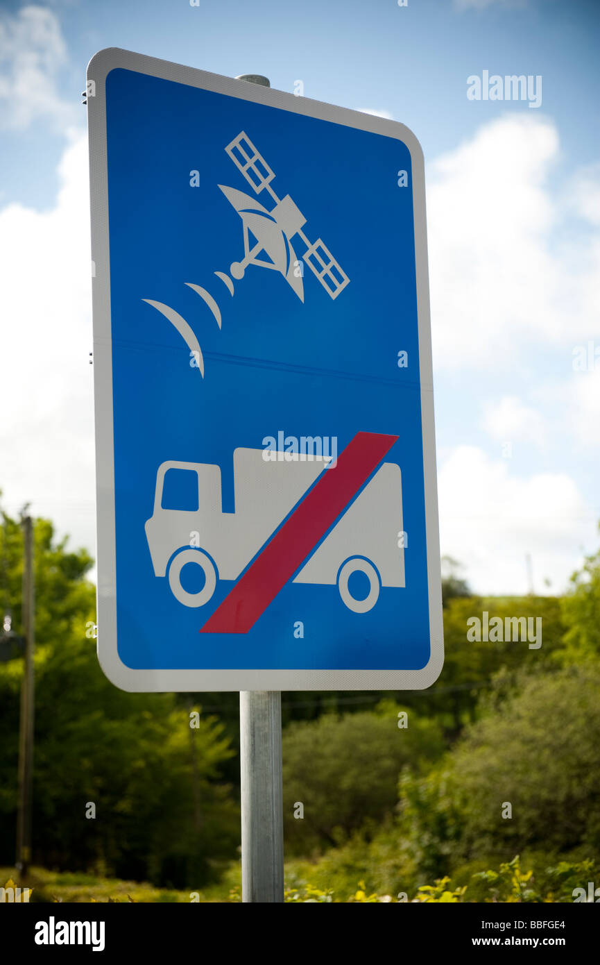 Sat Nav no entry for HGV trucks and lorries sign on a rural lane - warning drivers to ignore satnav and NOT use Stock Photo