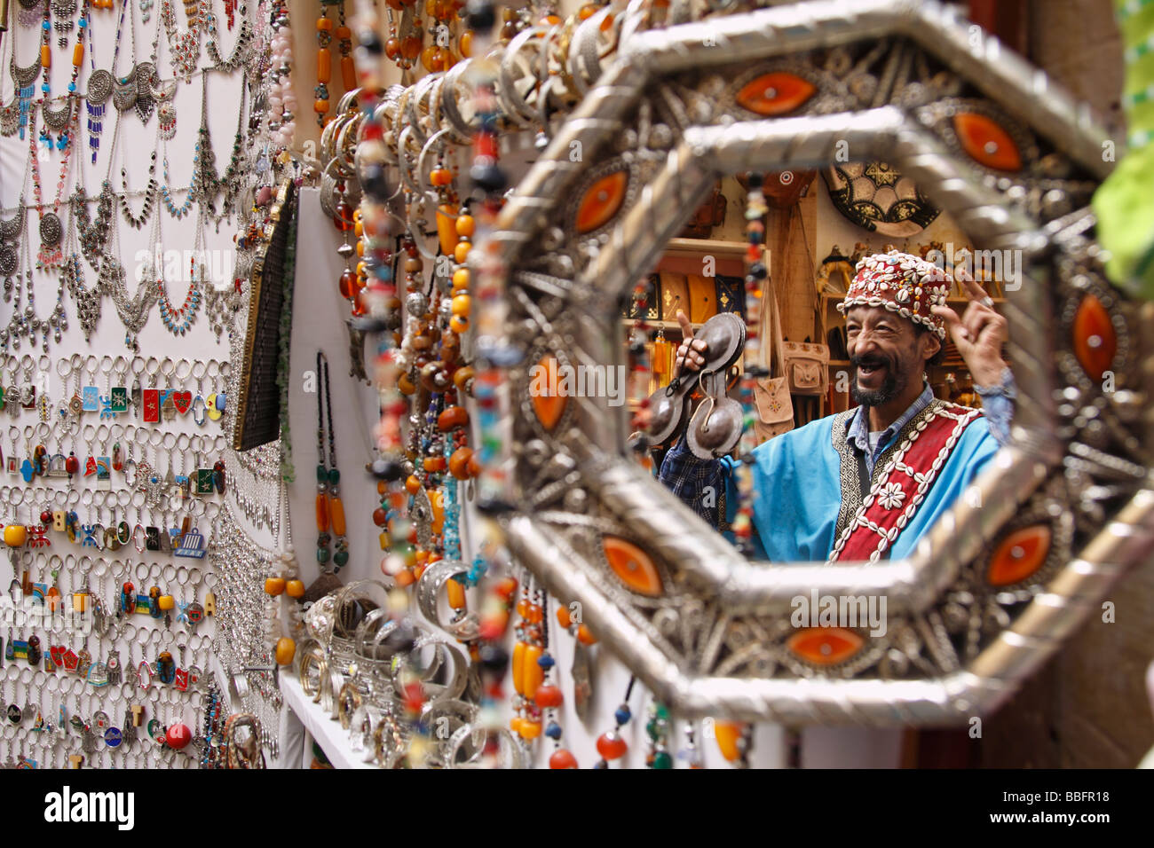 Africa, North Africa, Morocco, Fes, Fès el Bali, Old Fes, Medina, Old Town, Shop Front, Mirror, Street Entertainer - Stock Image