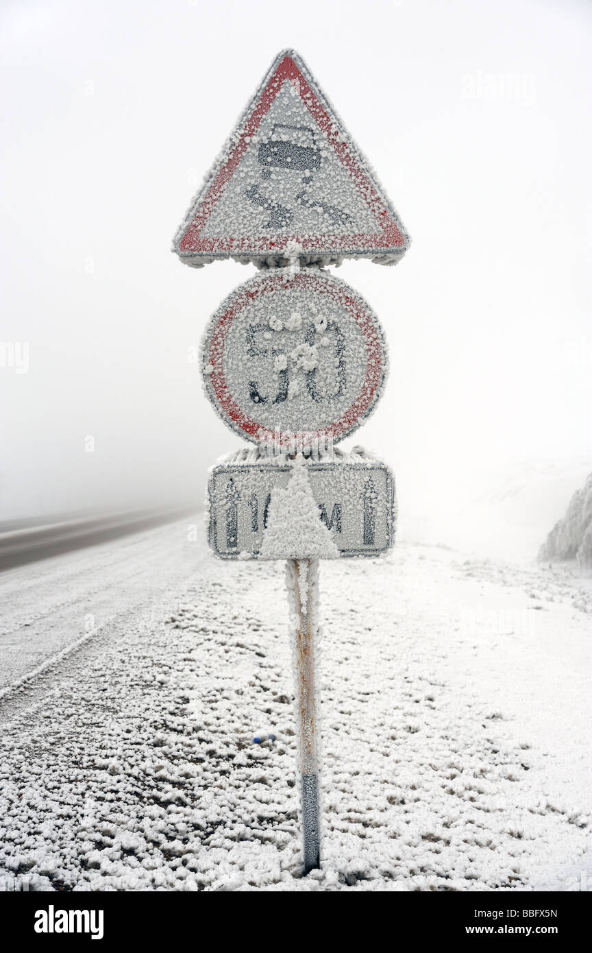Hoar-frosted road sign and mist. - Stock Image