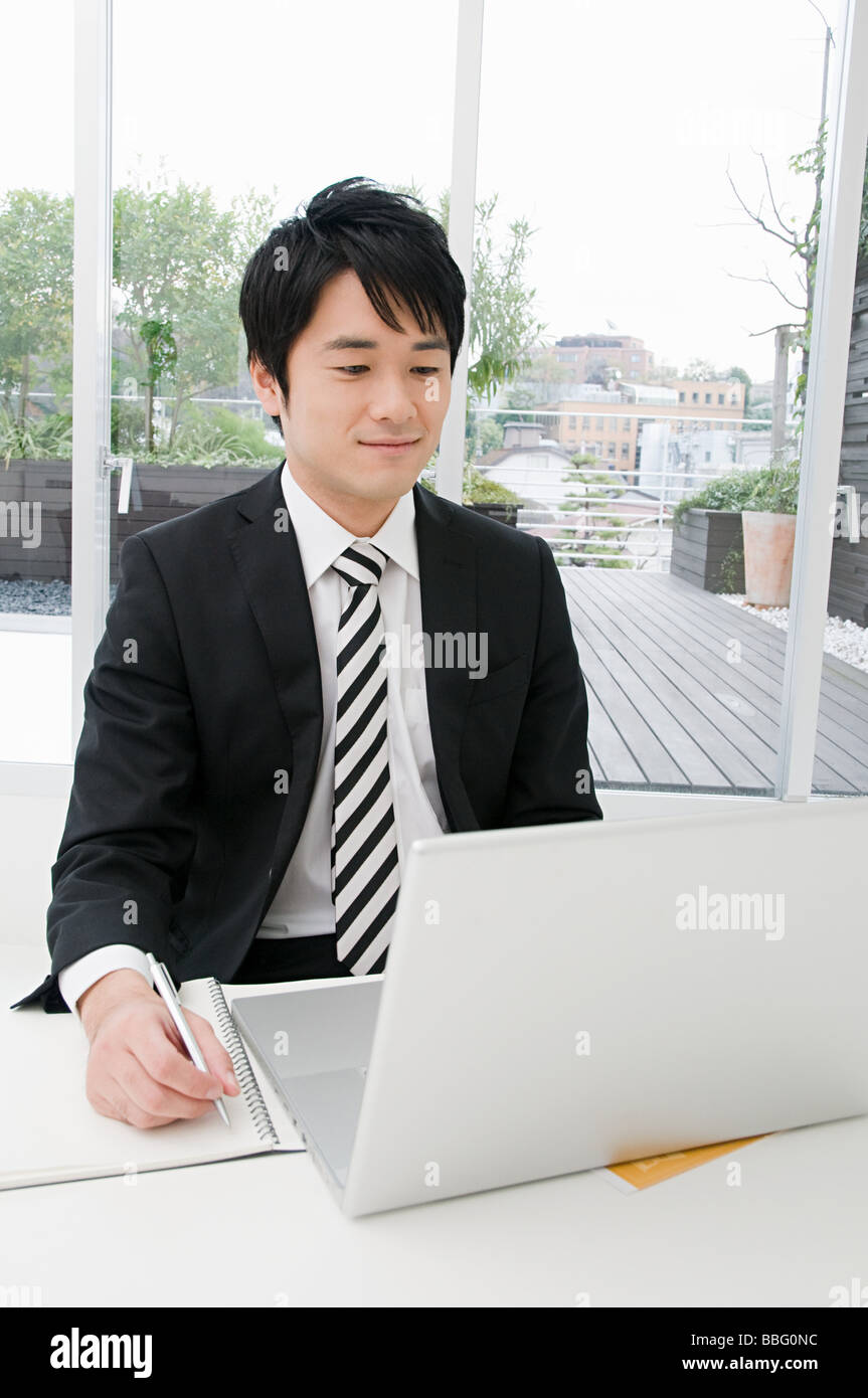 Businessman using a laptop - Stock Image