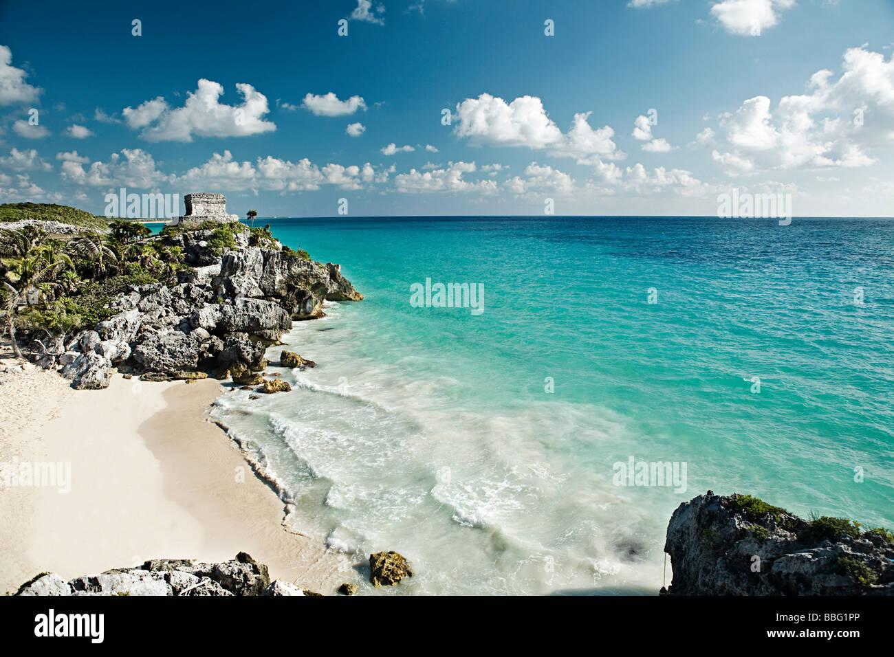 Mayan ruins and ocean in yucatan - Stock Image
