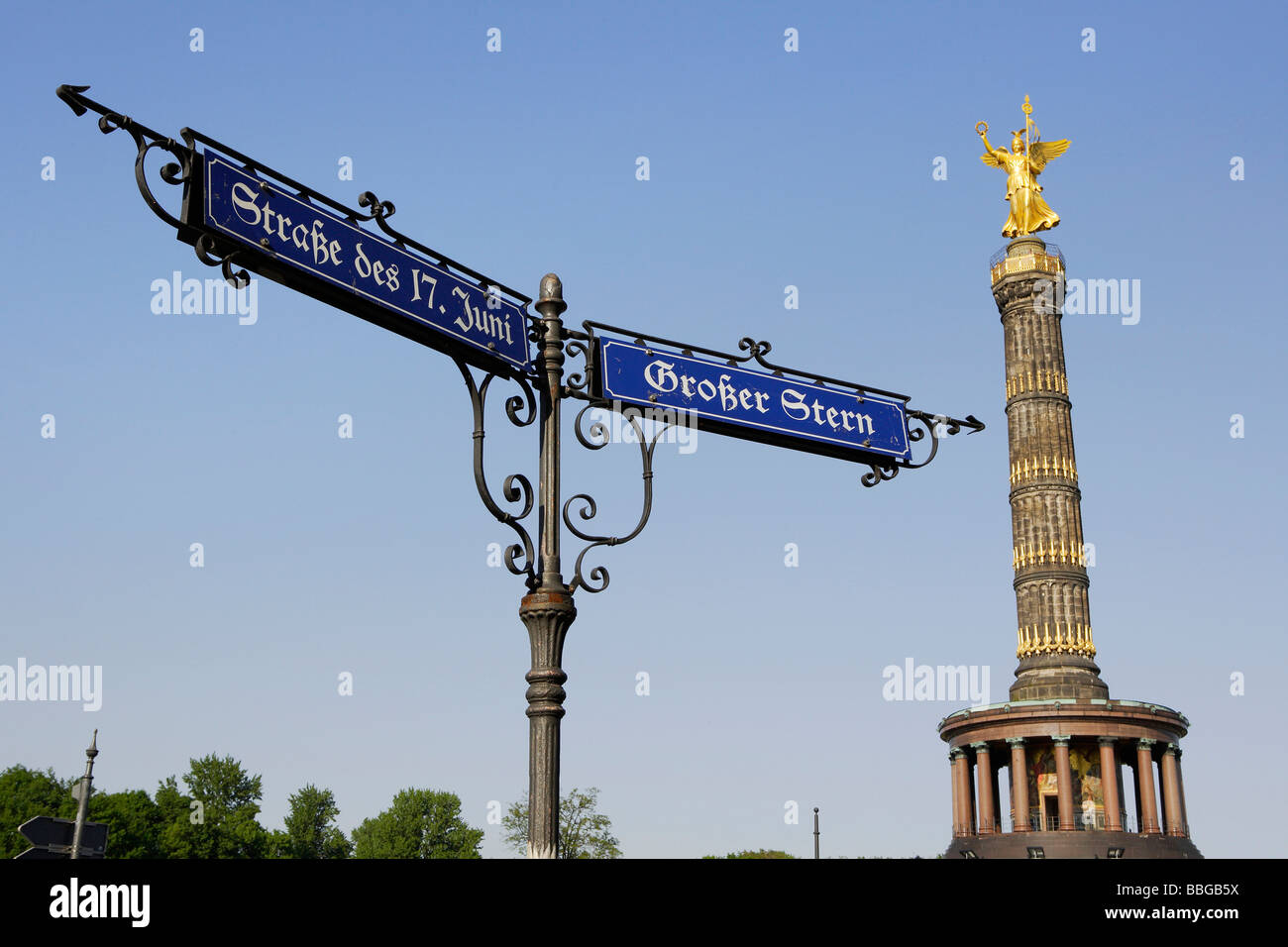 Street sign on the corner of Strasse des 17. Juni and Grosser Stern, Street of the 17th June and Great Star, statue - Stock Image